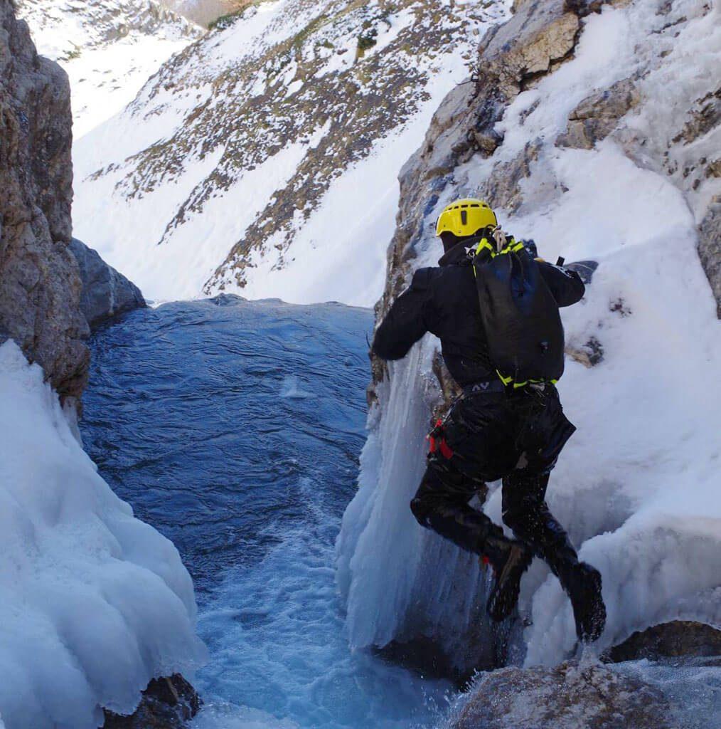 saut en free'ze sportif dans le canyon du Brousset