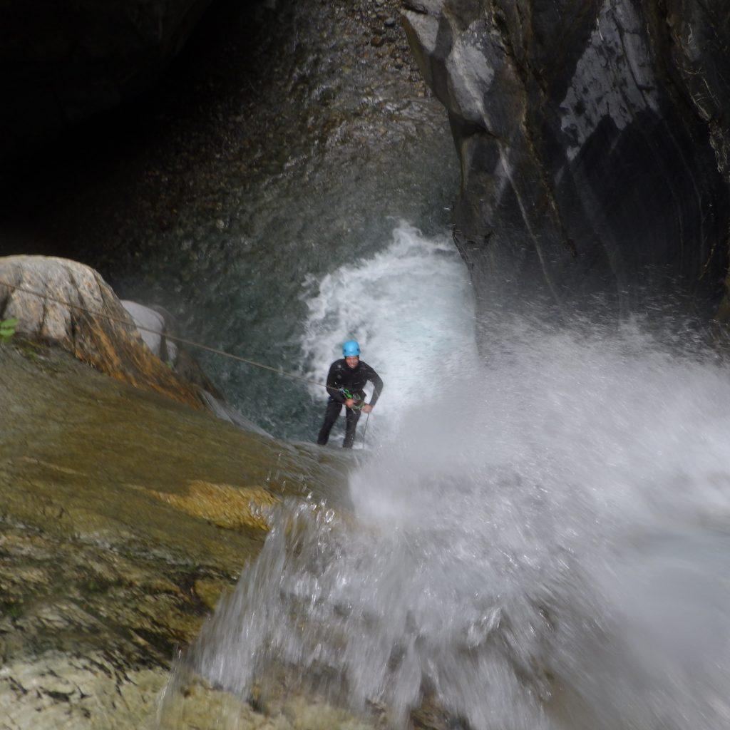 descente en rappel dans le canyon du Bitet inférieur, canyoning aventurier sportif