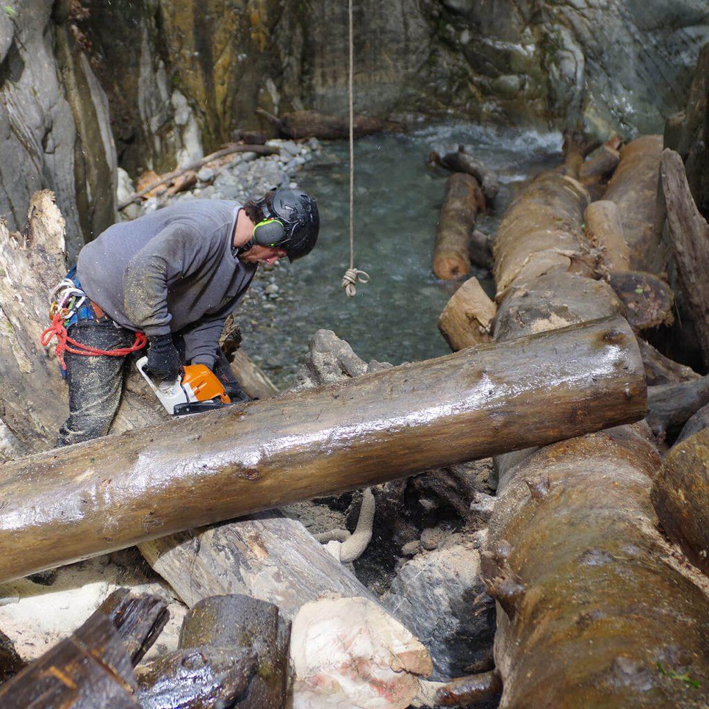 tronçonnage d'un embâcle canyon du Bitet