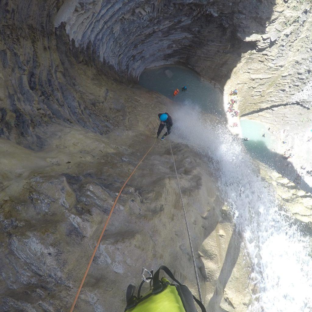descente en rappel dans la cascade de 30 m du canyon d'Os Lucas