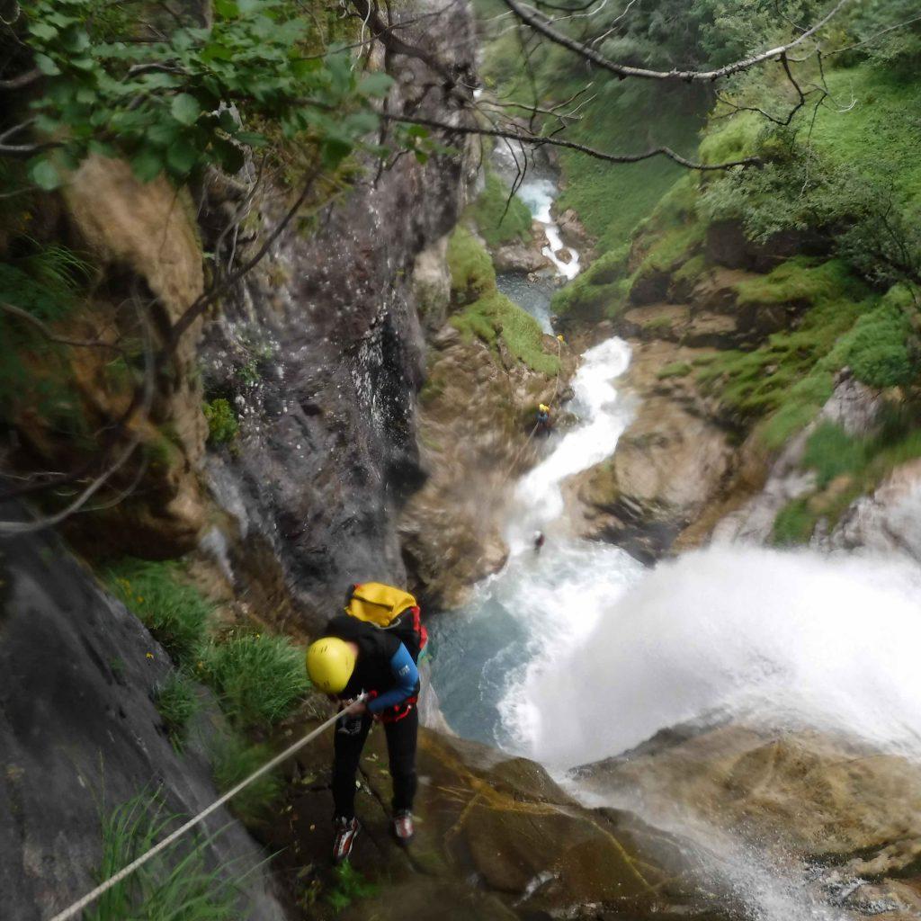 descente en rappel dans le canyon de Saugué canyoning aventurier sportif