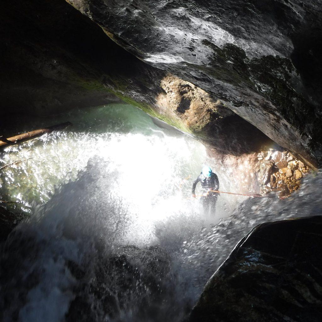 passage sous cascade pendant la descente en rappel journée aventurier au Bitet supérieur