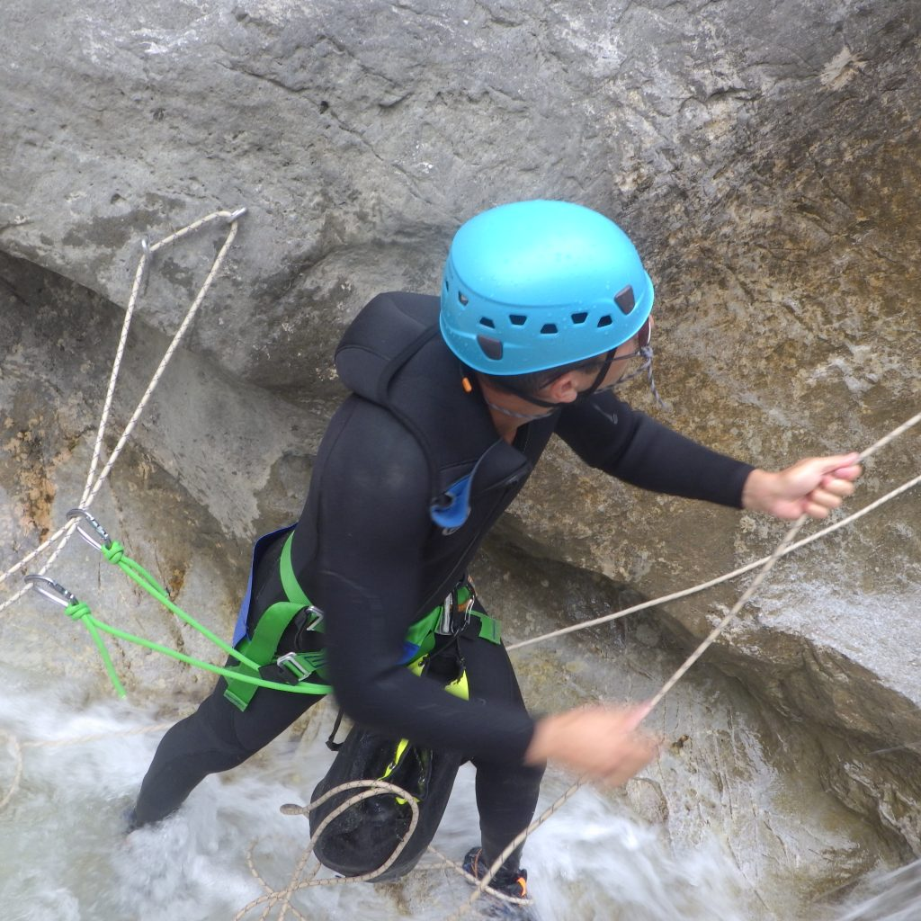 formation de canyoning amener ses potes exercice de de sequipement du rappel pour le leader