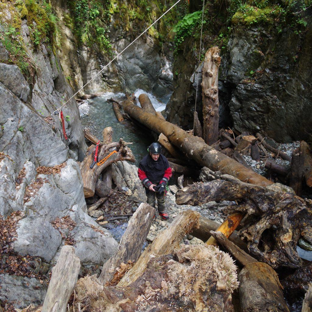 chantier de démontage d'un embacle instable dans le canyon du Bitet