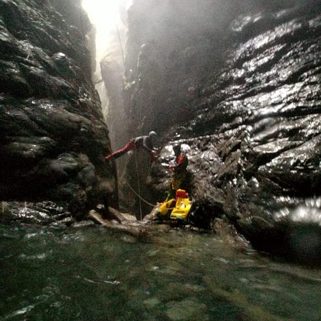 securisation d'un obstacle en canyon par la pose de broches scellées