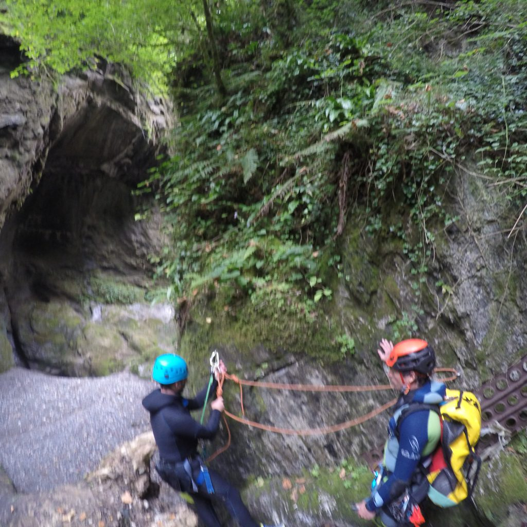 apprentissage de la pose de main courante de progression en canyon