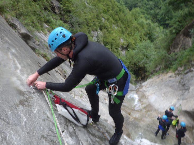 apprentissage du demontage du relais par le leader en canyon