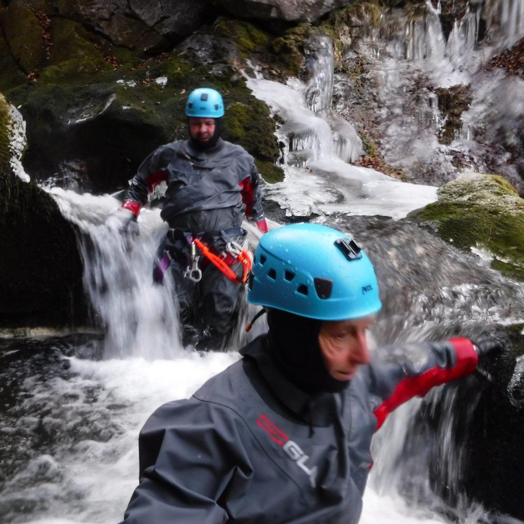 déplacement en canyoning hivernal , free'ze canyon canyoning à Laruns en vallée d'ossau a proximité de Pau et du pays basque