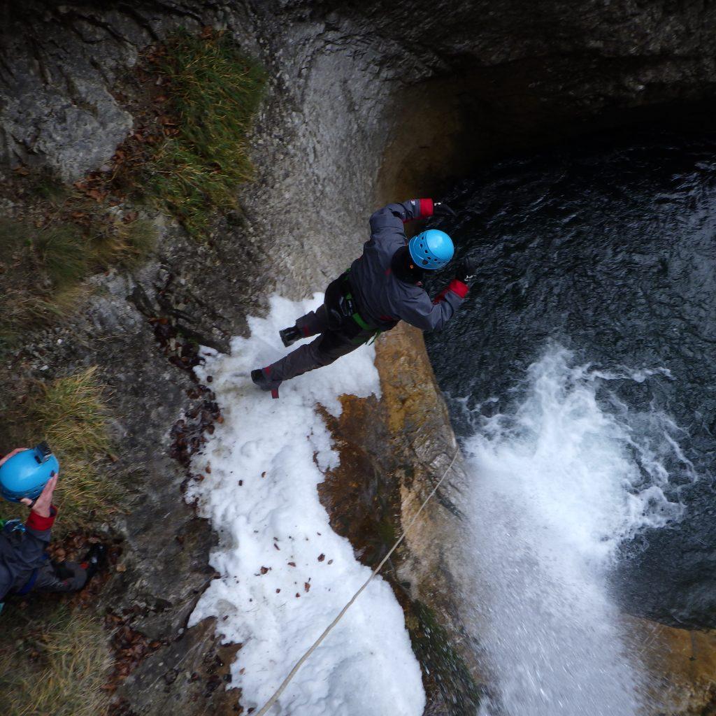 saut en canyoning hivernal free'ze canyon