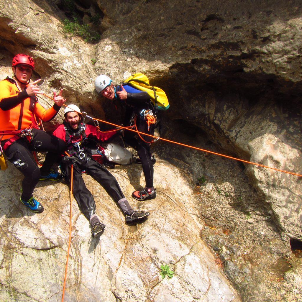 handisport preparation de la descente de la cascade au moyen de la tyrolienne