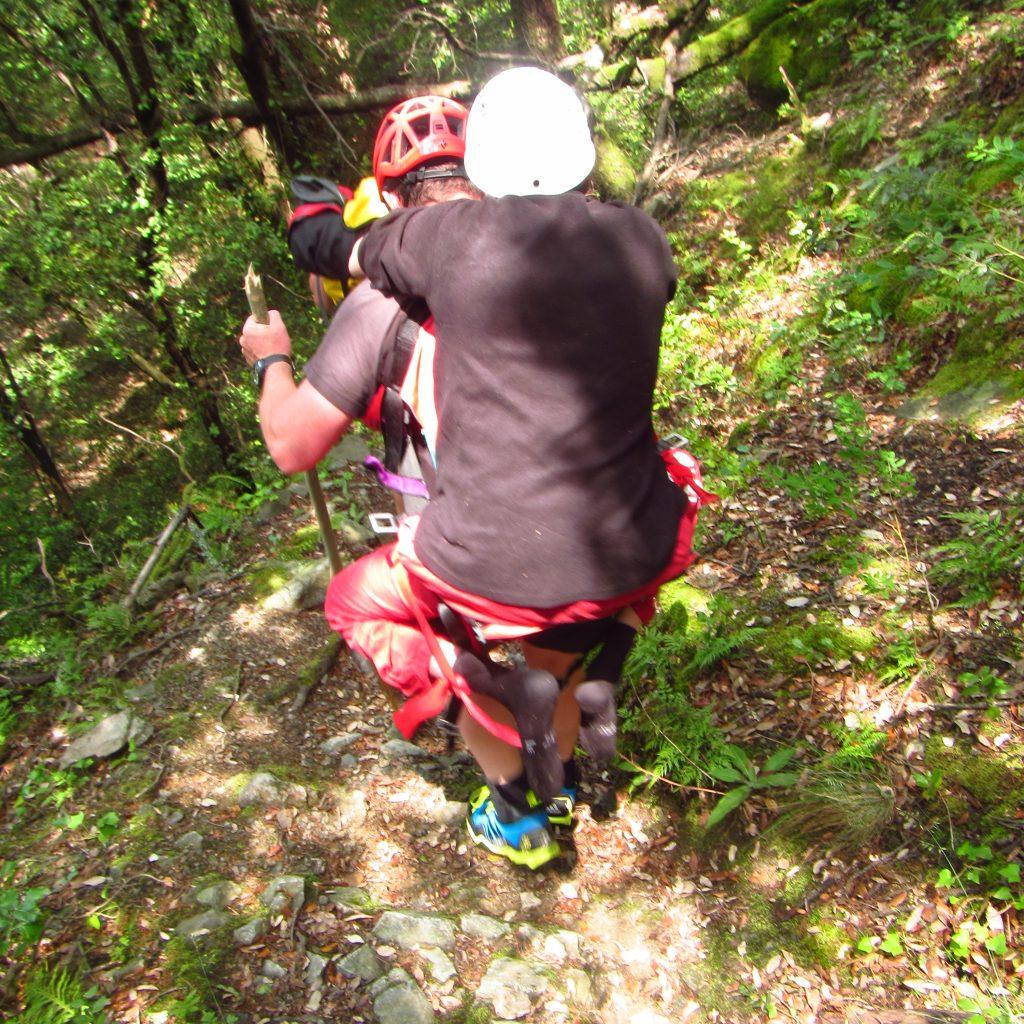portage sur marche d'approche du canyonau moyen de la sellette handi