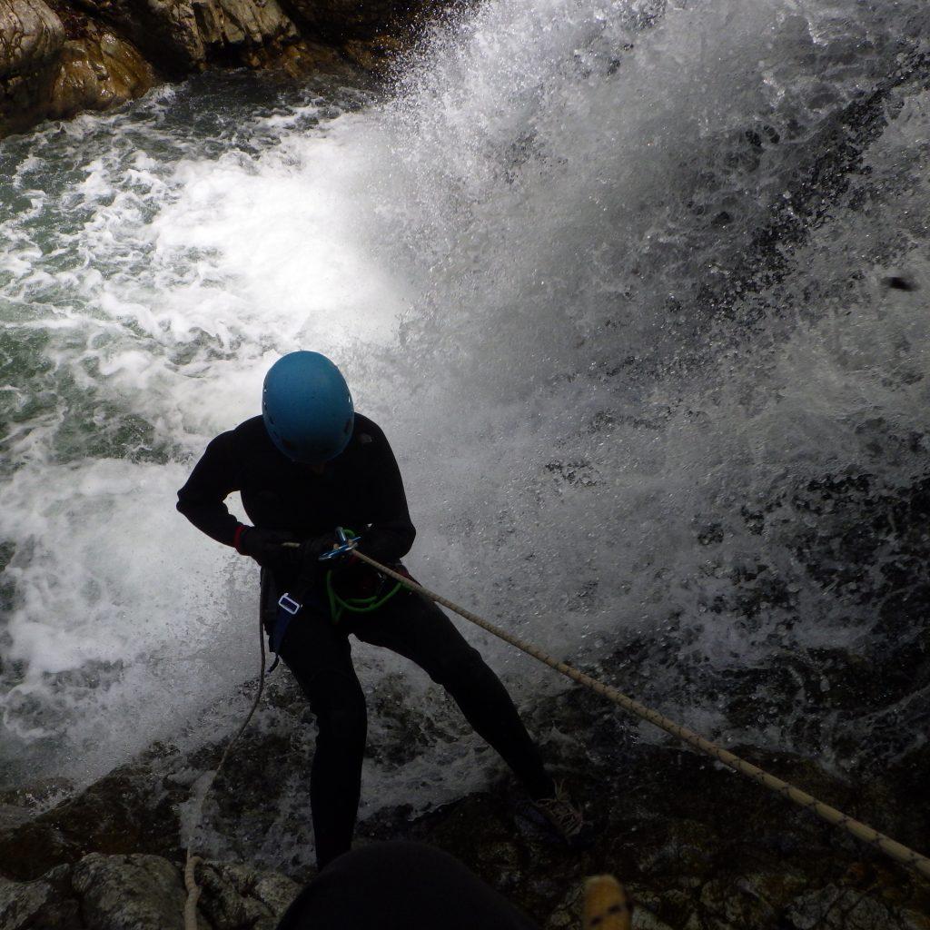 initiation a la descente en rappel lors de la journée 2 canyon dans le canyon de Bious