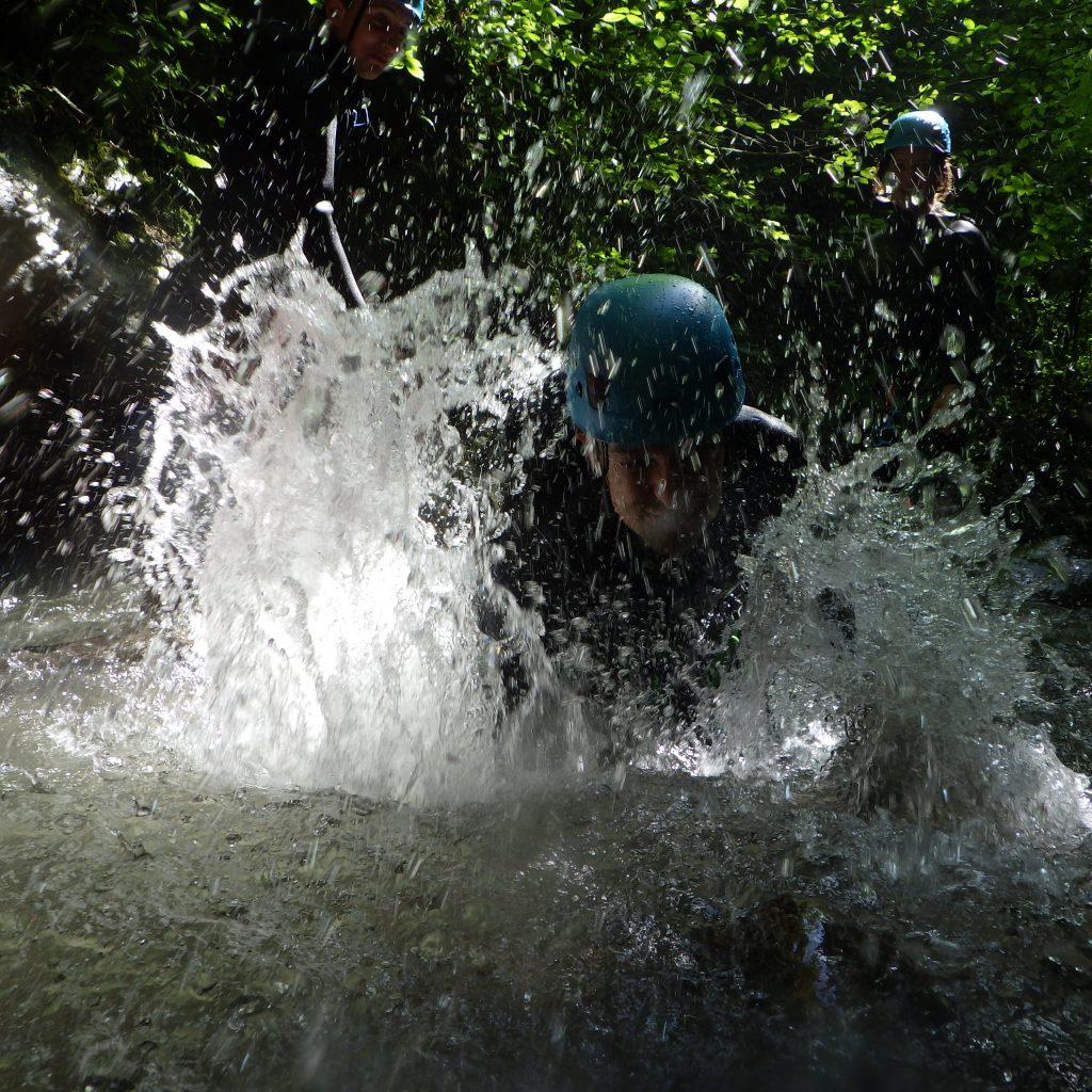 jeux d'eau sur la sortie canyoningdans le canyon du canceigt lors de la journée 2 canyon