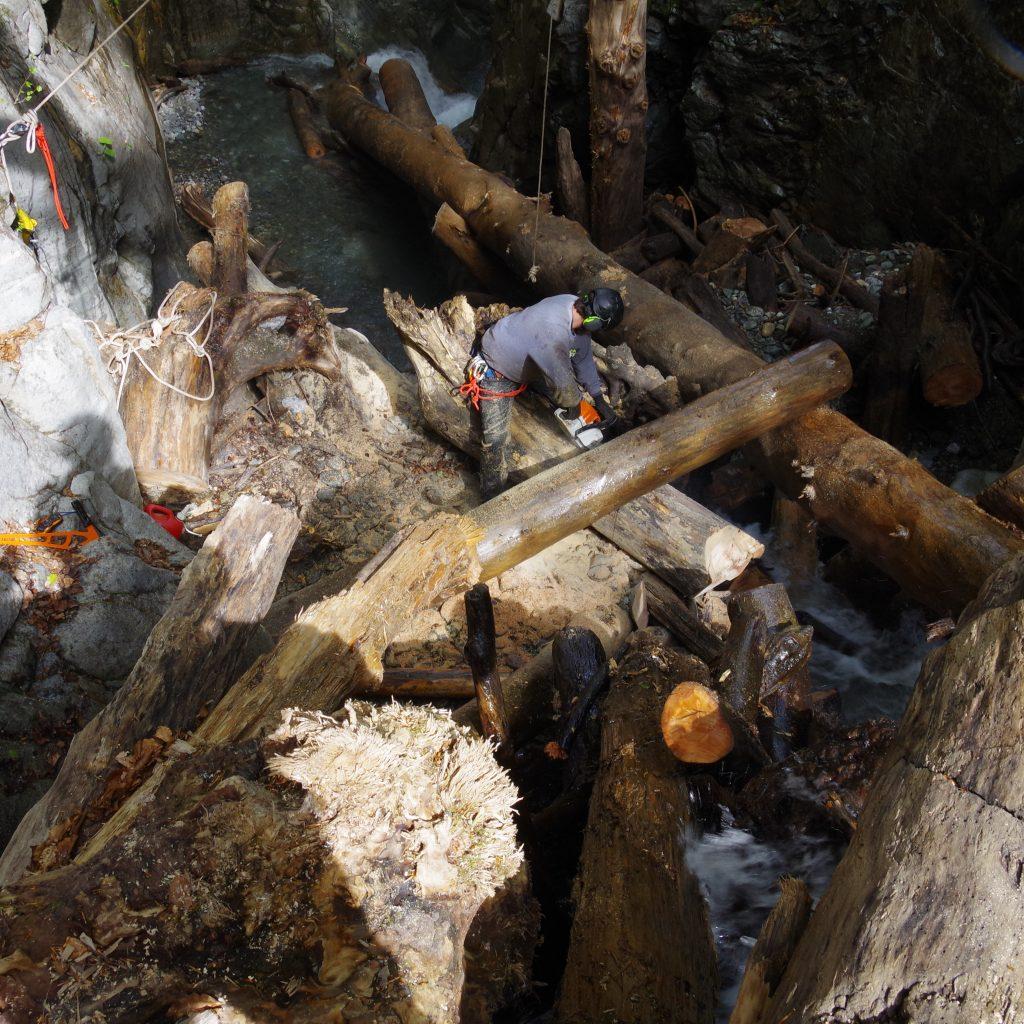 chantier de sécurisation et de démontage d'un embâcle instable dans le canyon du Bitet,