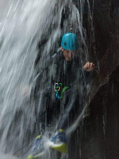 passaage sous cascade du Sciala à Laruns en Vallée d'ossau avec kathaayatraa canyoning