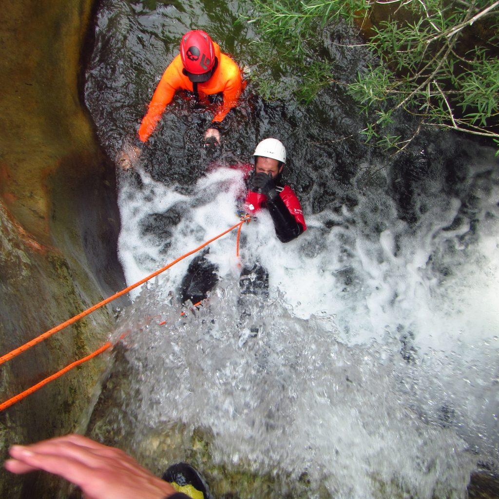 descente en rappel de la cascade au moyen de la sellette handi