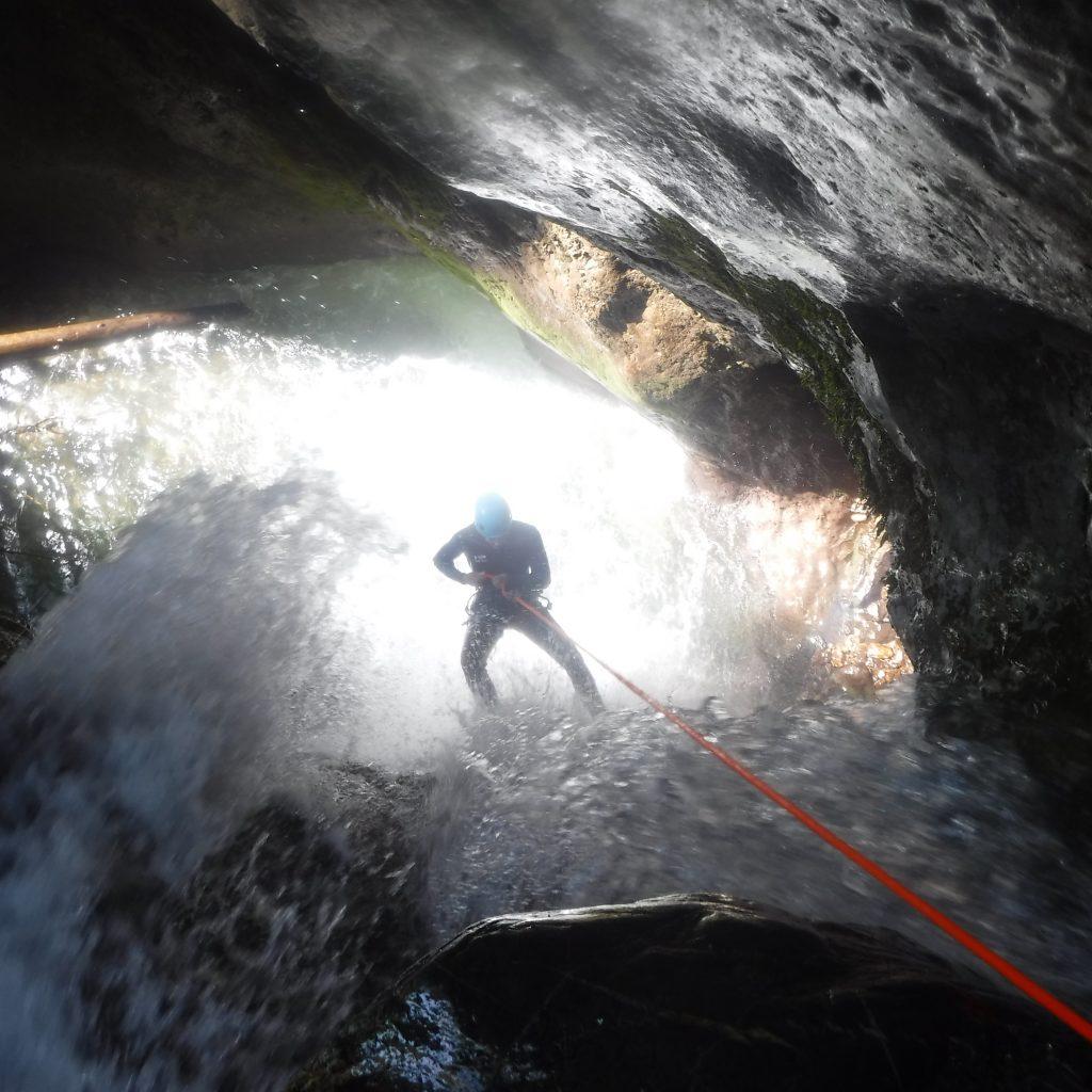 descente en rappel sous cascade dans le canyon du Bitet supérieur