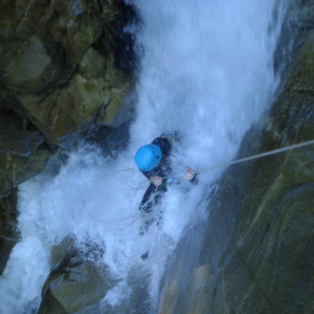 rappel toboggan dans le canyon du Bitet canyoning aventurier