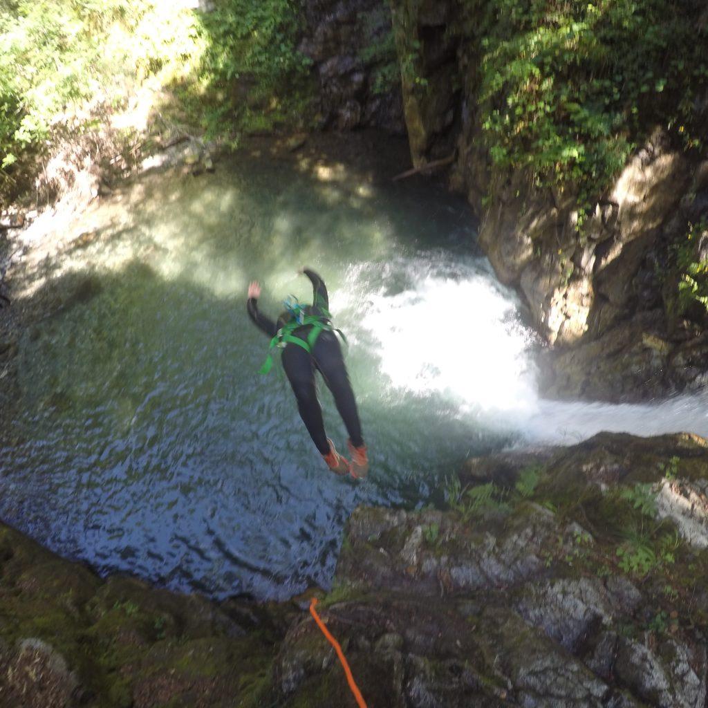 salto freestyle dans le canyon de Bious sur la journée 2 canyon