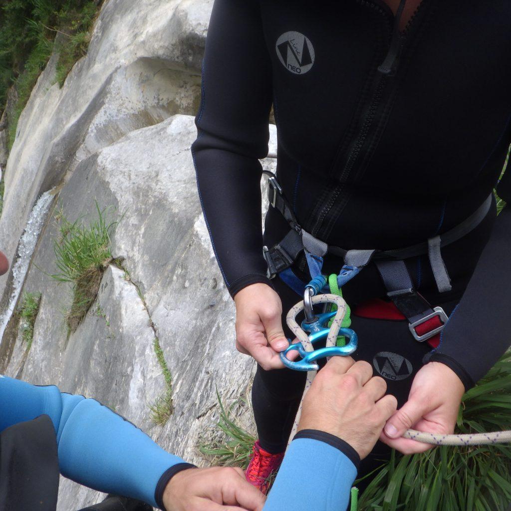 la mise en place du descendeur et des freins en canyon