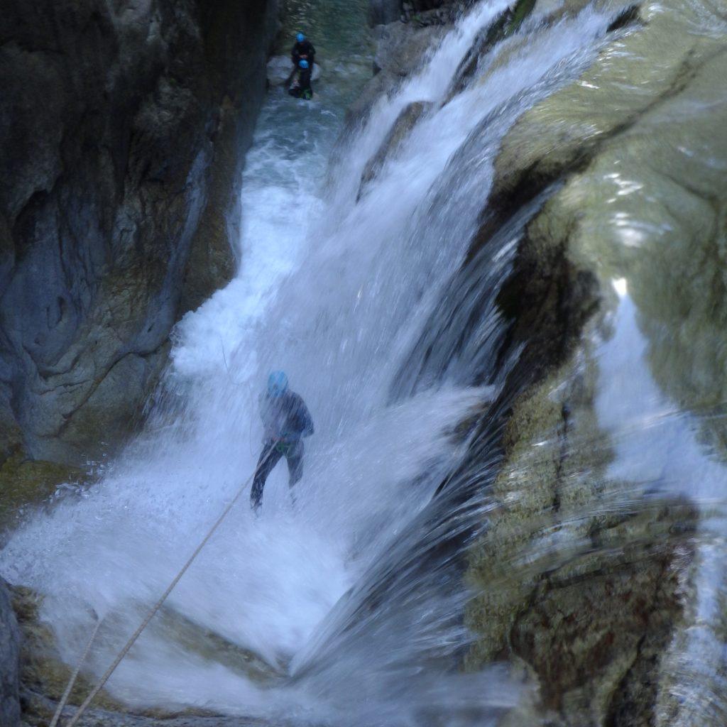 descente en rappel sous cascade canyon du soussoueou laruns , vallée d'ossau canyoning aventurier