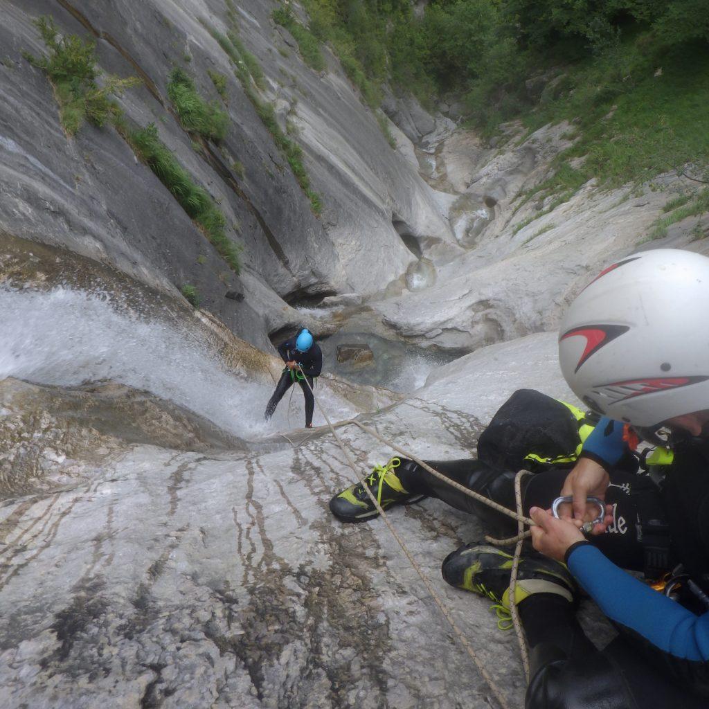 apprendre a gerer la descente du dernier en canyon sous le regard du moniteur