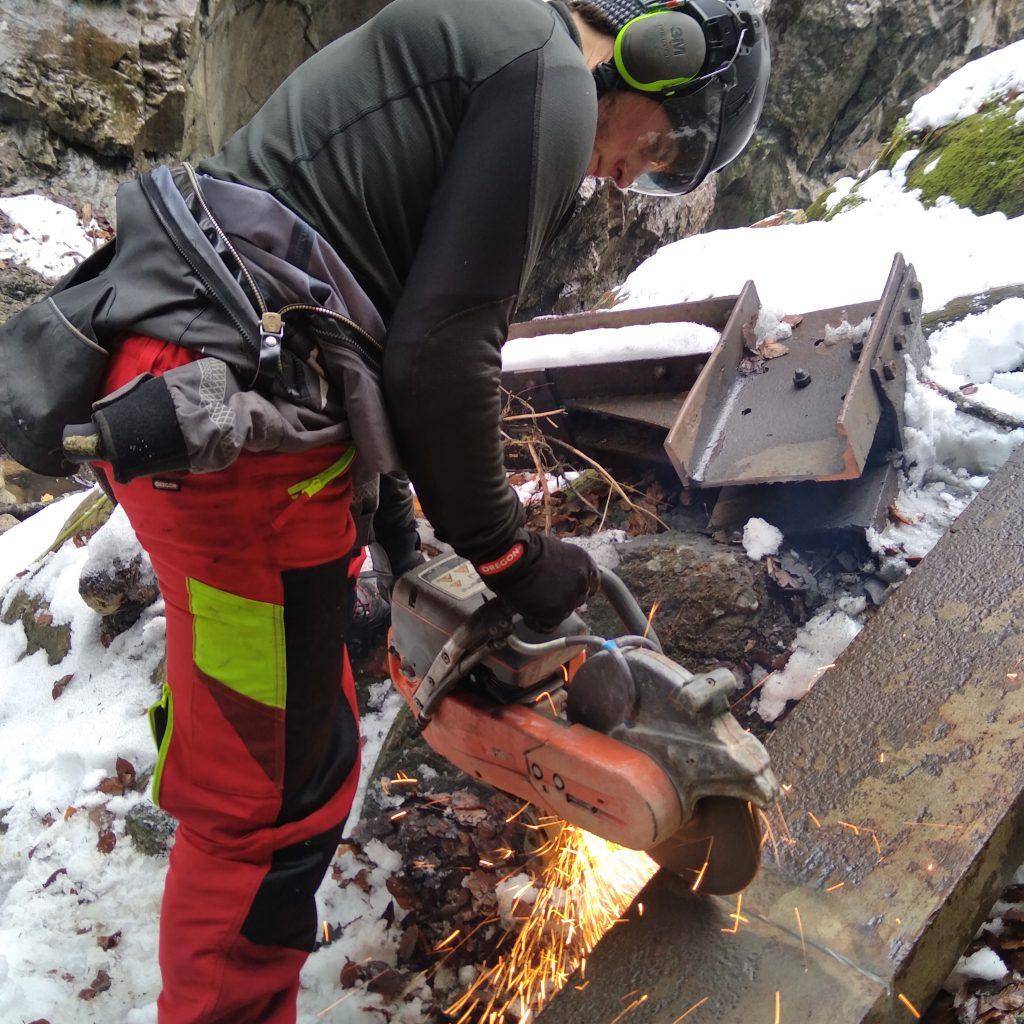 tronçonnage d un ancien portique métallique suite a une crue en préparation de sa dépollution