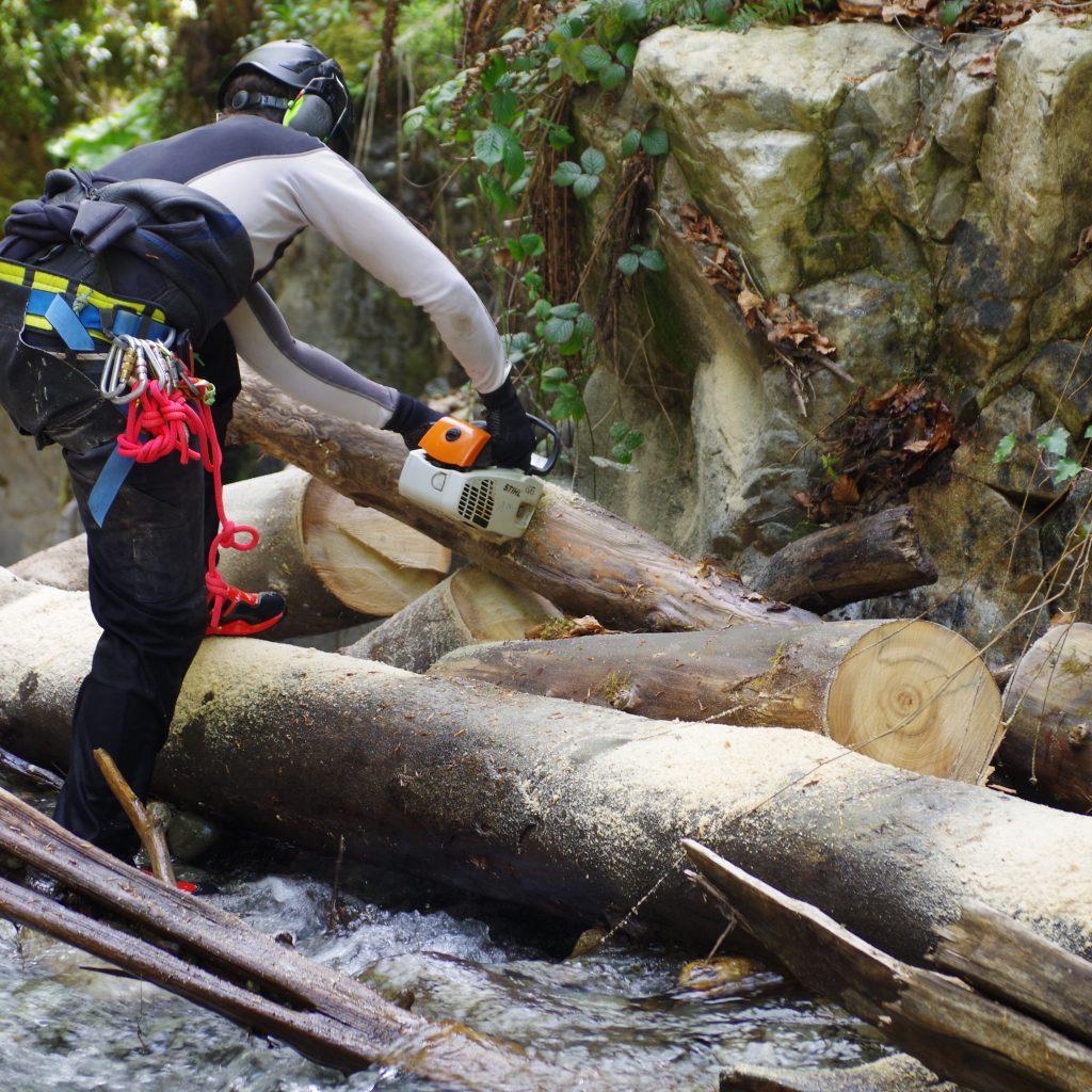 tronçonnage en rivière d'un embâcle menaçant de faire barrage