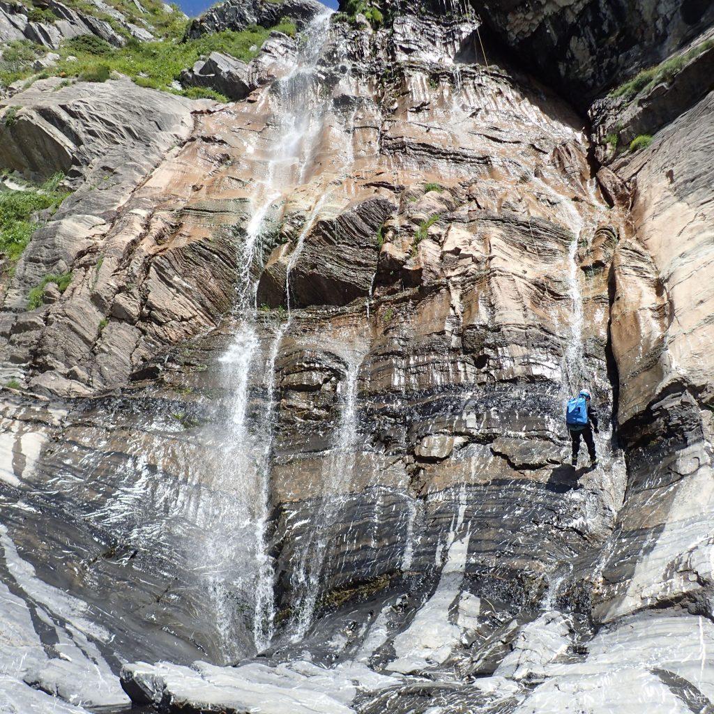 descente en rappel dans la partie superieure du canyon du yese avant le bivouac