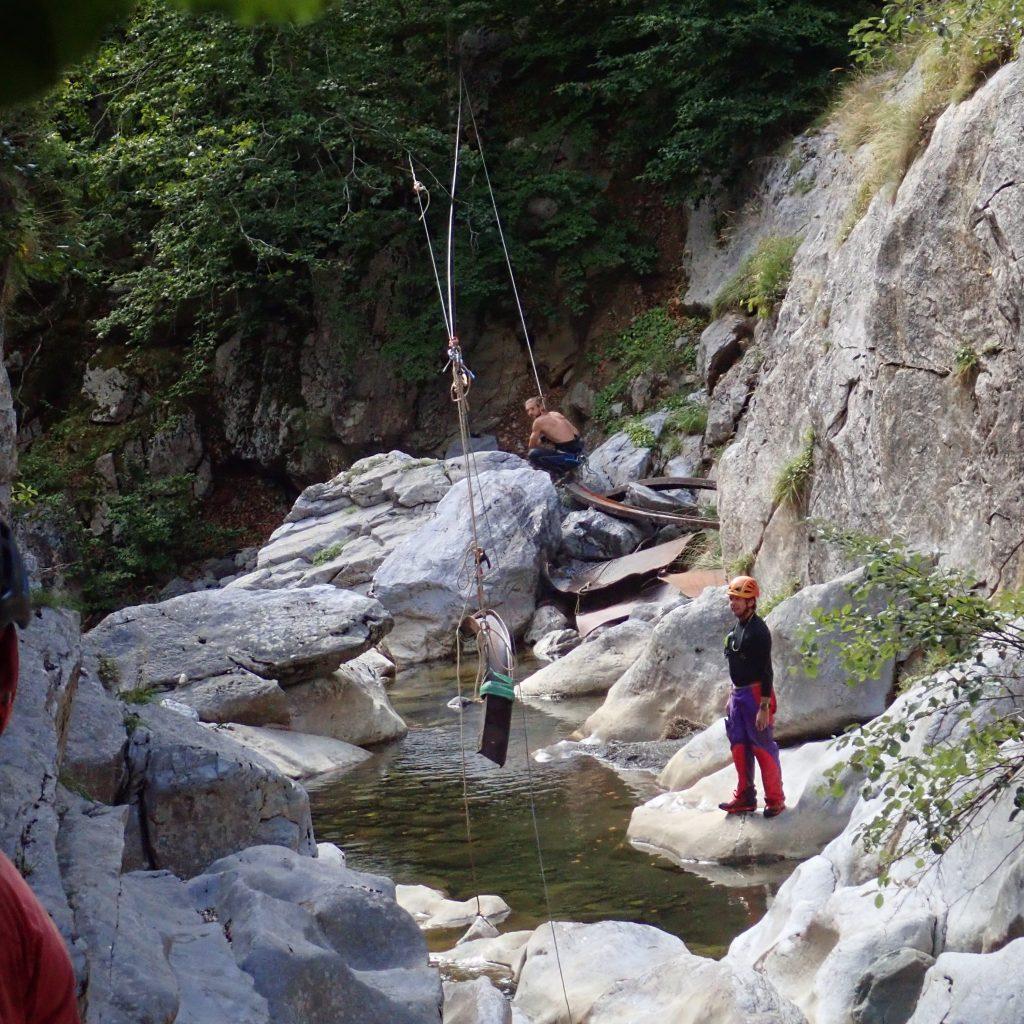 tyrolienne afin d'evacuer une passerelle détruite par une crue